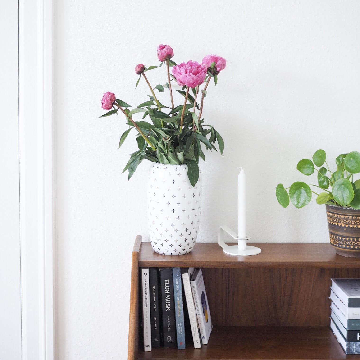 Vase fra Lene Bjerre og kommode samt planter. Minimalistisk livsstil med grøn indretning