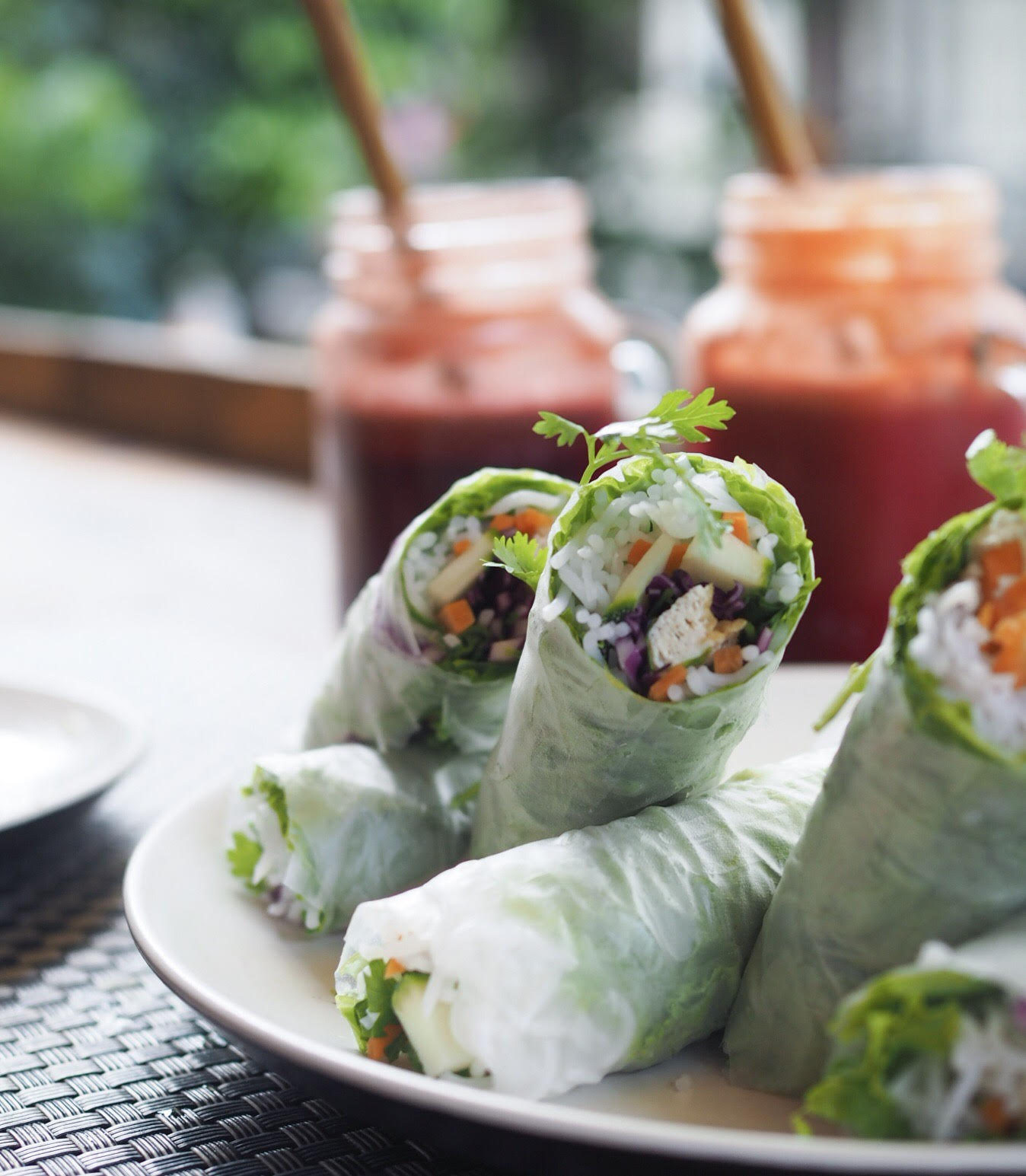 Jalus vegan café i Hanoi. Fresh vegan spring rolls in Hanoi and beetroot juice