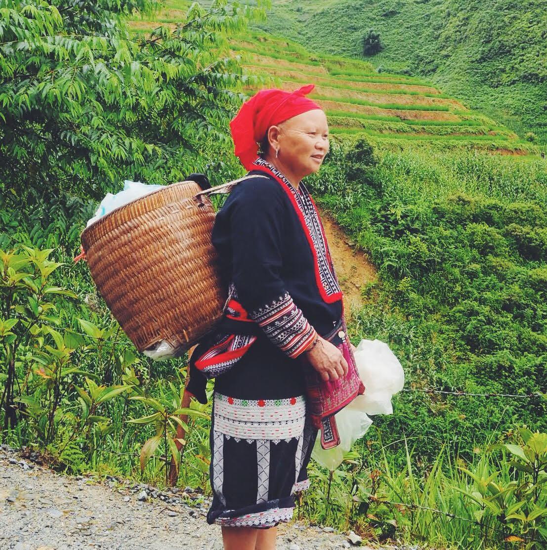 Spottet under Sapa trekking. 53 forskellige stammer i Vietnam: forskellig kultur, tøj og traditioner