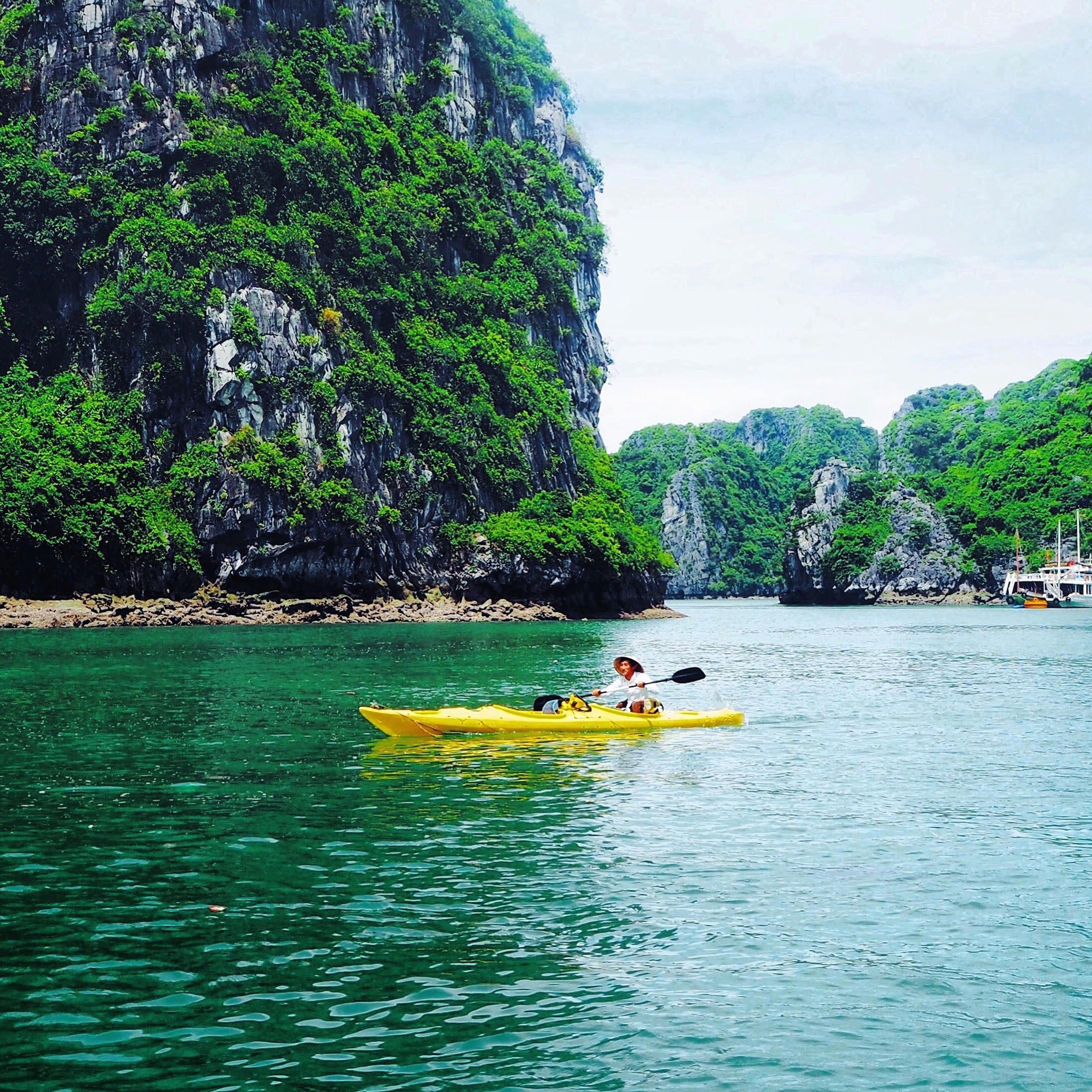 Lokale i kajak i Halong Bay