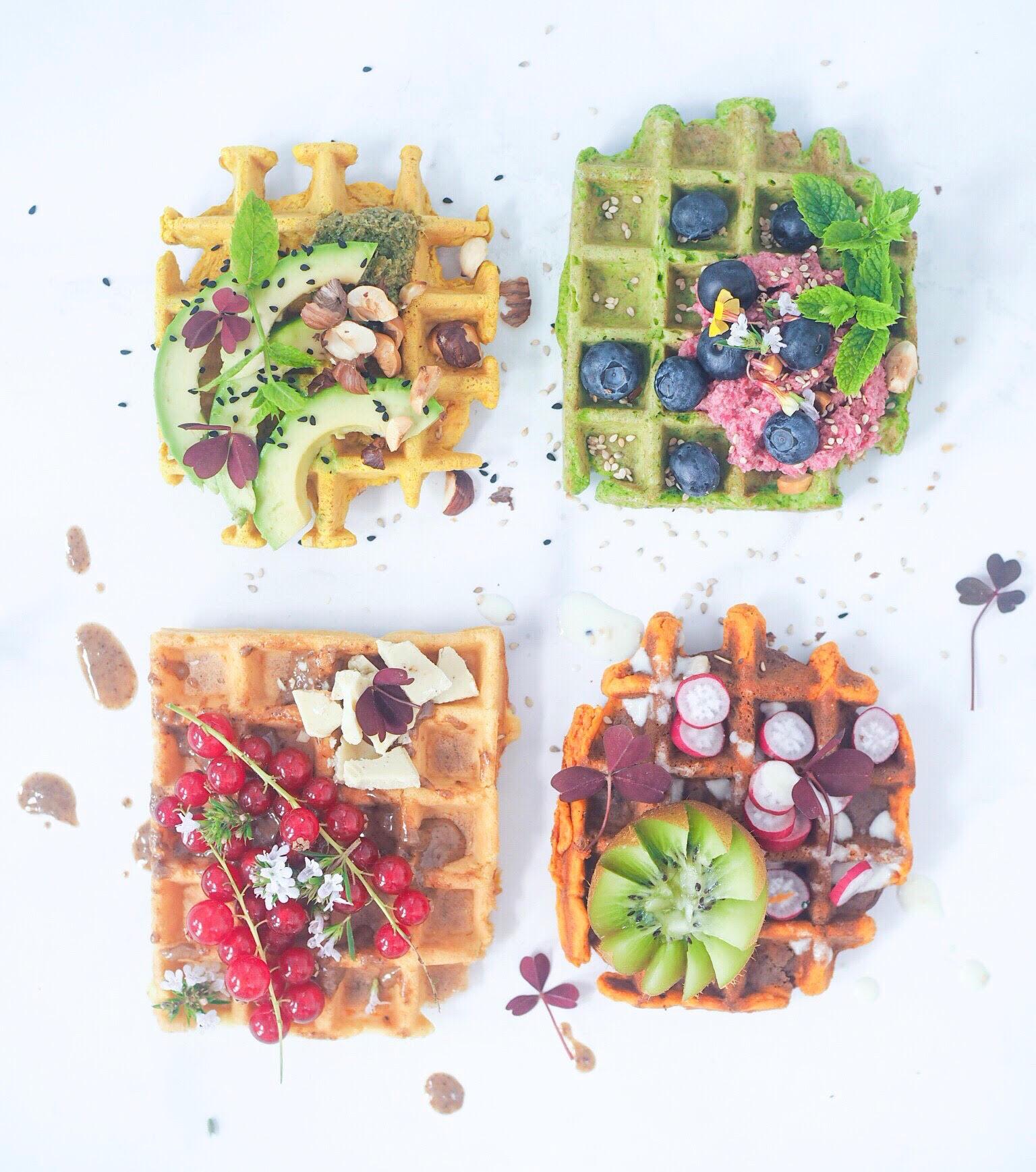 kogebogen med vafler. Farverige madvafler med tomatvafler, rødbedevafler, spinatvafler og gurkemejevafler