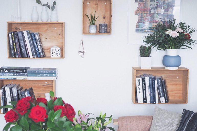 Skandinavisk hjemmekontor med blomster. Tanker som selvstændig, iværksætteri, Blomster, indretning, tanker om at skrive en bog