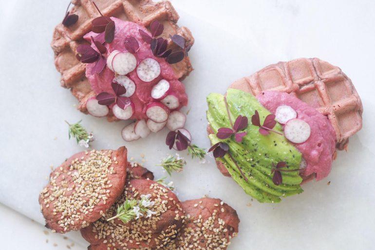 Rødbedehummus, hummus med rødbede, avokado og rødbedevafler