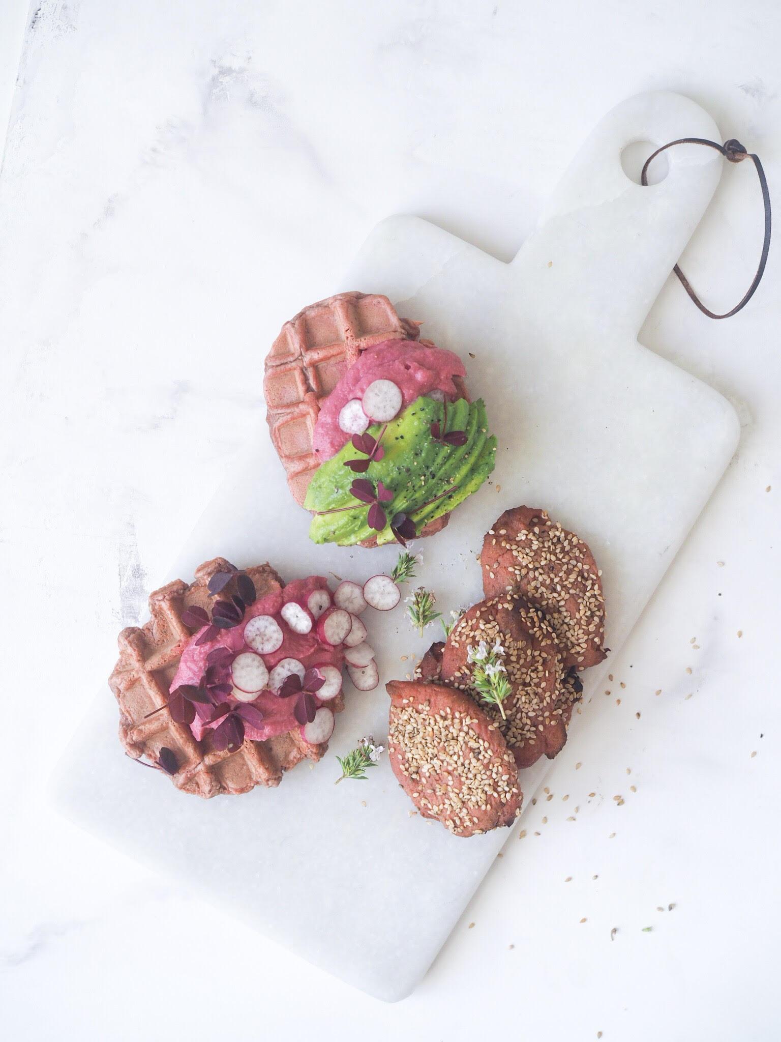 rødbedevafler og rødbedehummus. Bedste sunde madvafler med sund dip