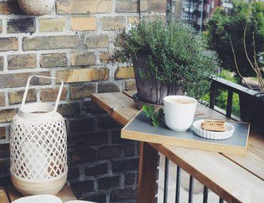efteraar udenfor København med kaffe, tæppe og lanterner på altanen