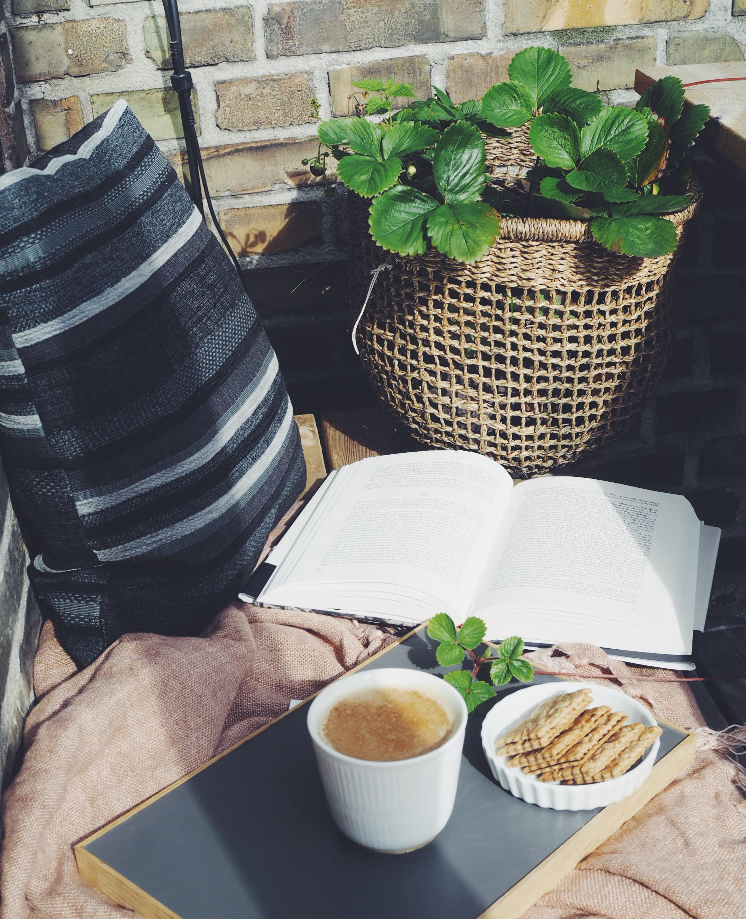 hygge på altanen med kaffe og god bog