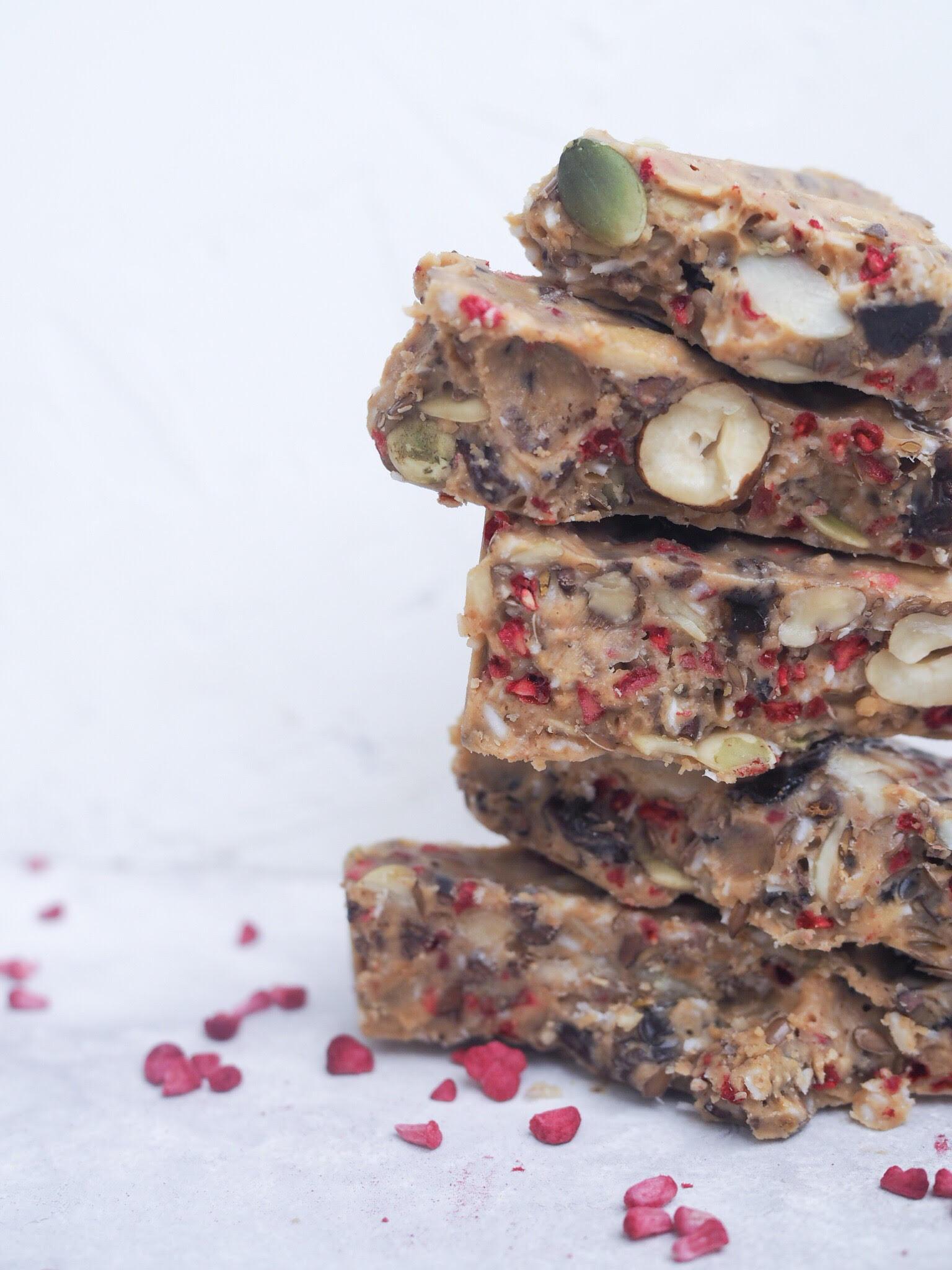 sund snack med peanutbutter og nødder. Sundere end snickers
