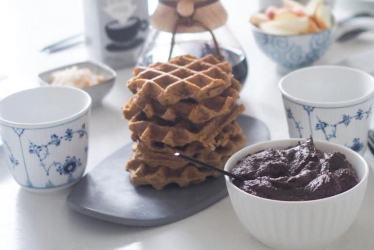 hjemmelavet nutella, vafler og kaffe til perfekt weekend morgenmad