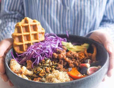 Vaffel salatbowl med friske figner, kantareller og græskar