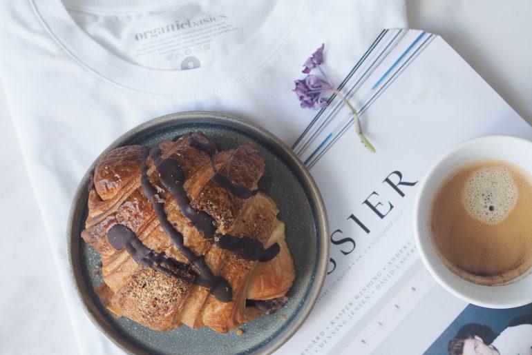 Økologisk, bæredygtig bomuld, croissant fra Emmerys og kaffe