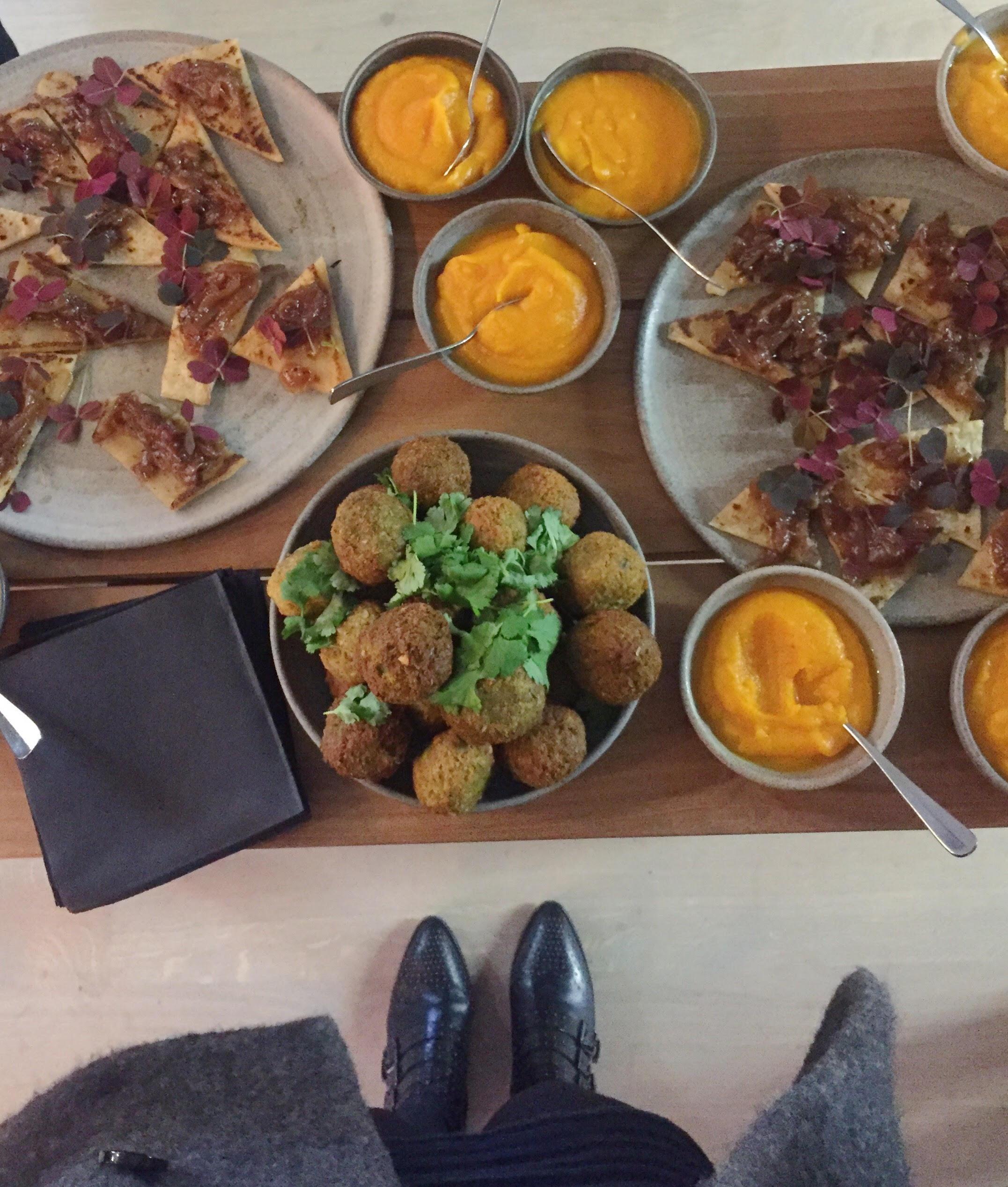 Lækreste falafler, naan og græskardip fra vegetarrestaurant Gemyse
