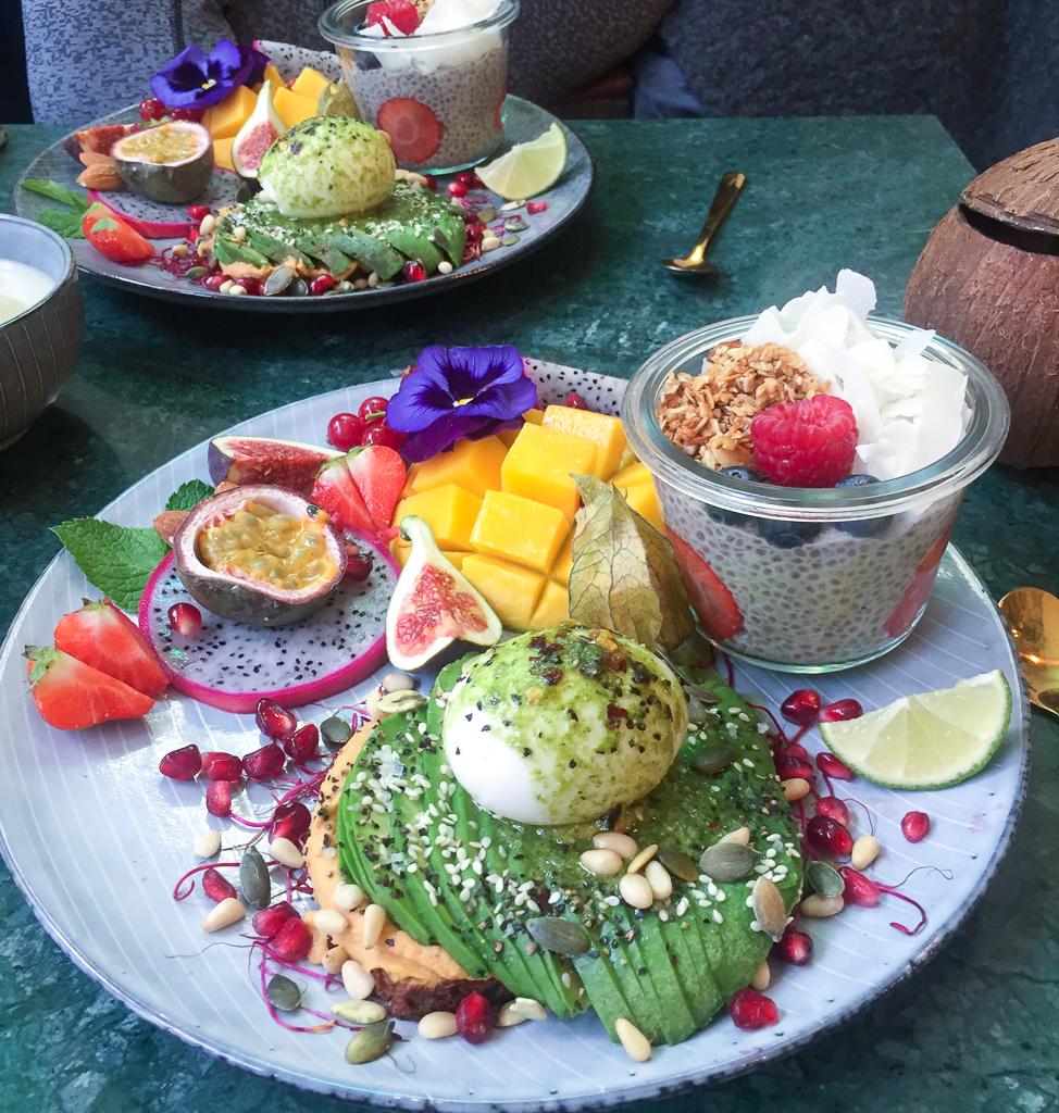 sund brunch i København. Avokadomad, chiagrød og frisk frugt