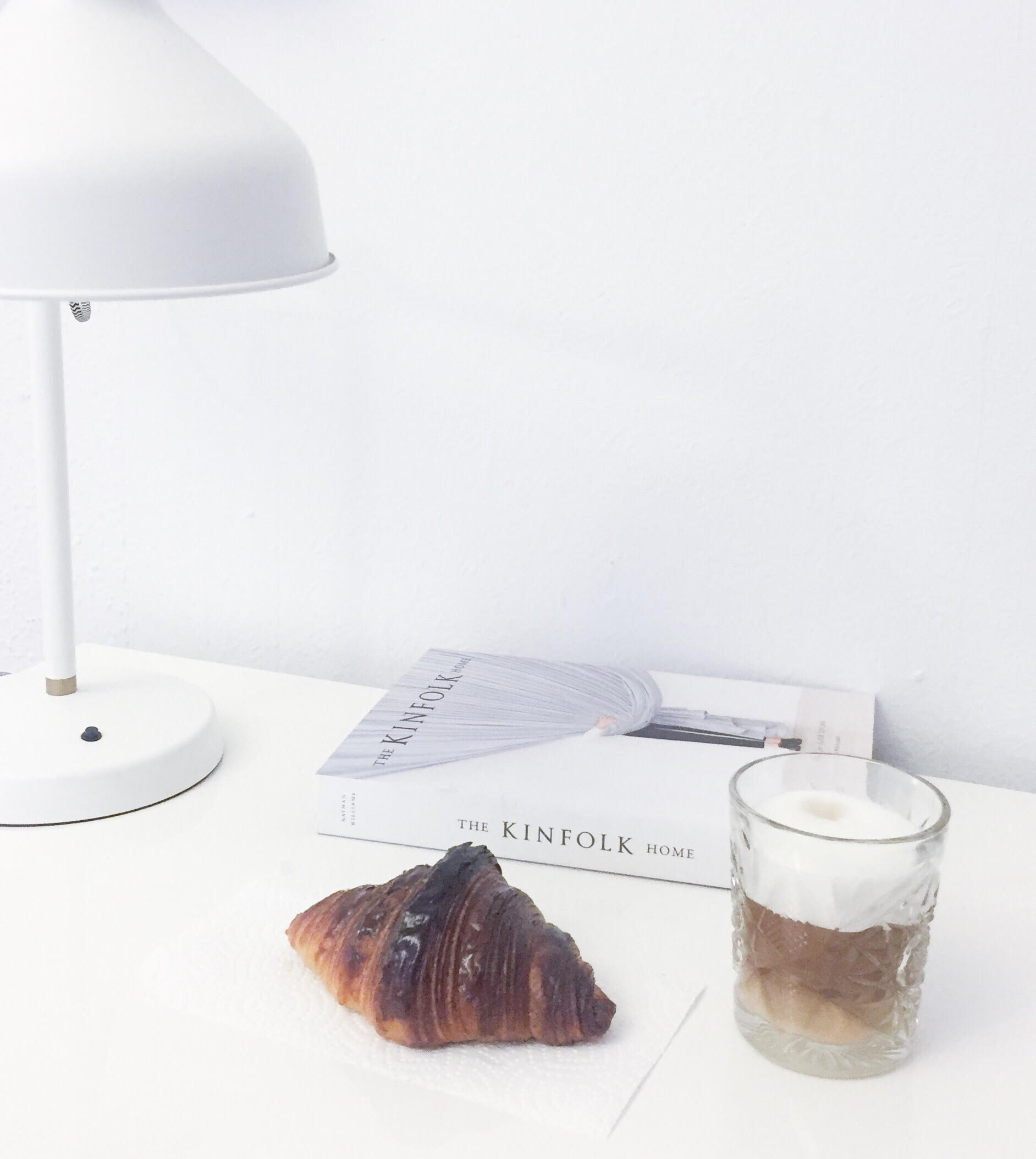 blogger og Instagram privat influent kaffe og croissant