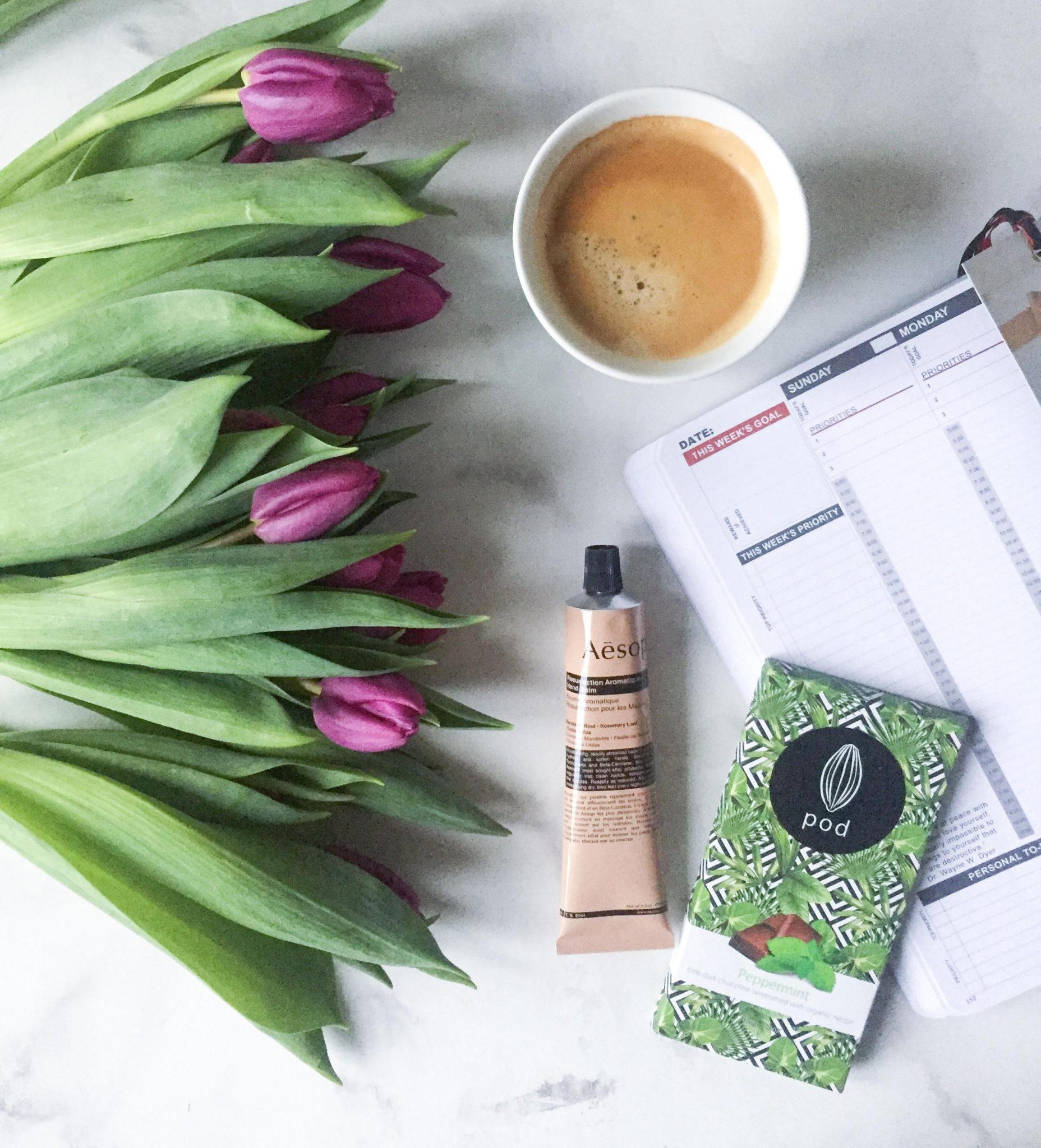 januar 2018 kalender og pod chokolade, kaffe og tulipaner
