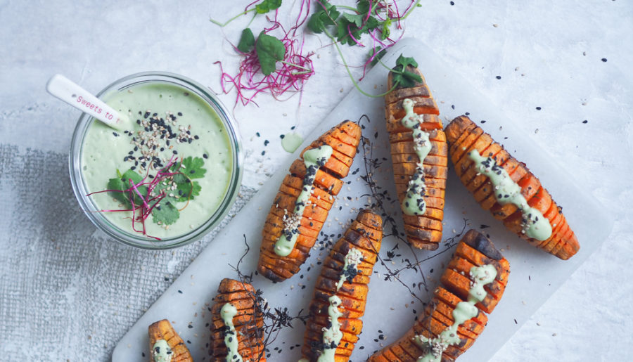 Hasselback søde kartofler med koriander/cashewdressing