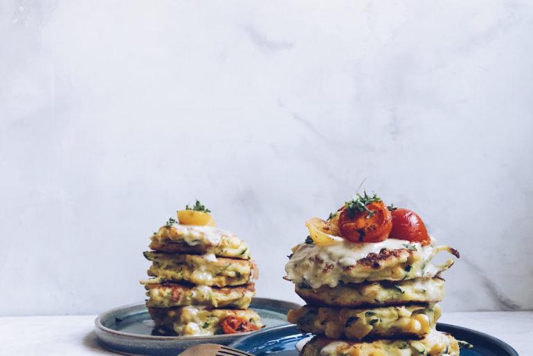 squash fritters med majs, cashewdressing og stegte tomater