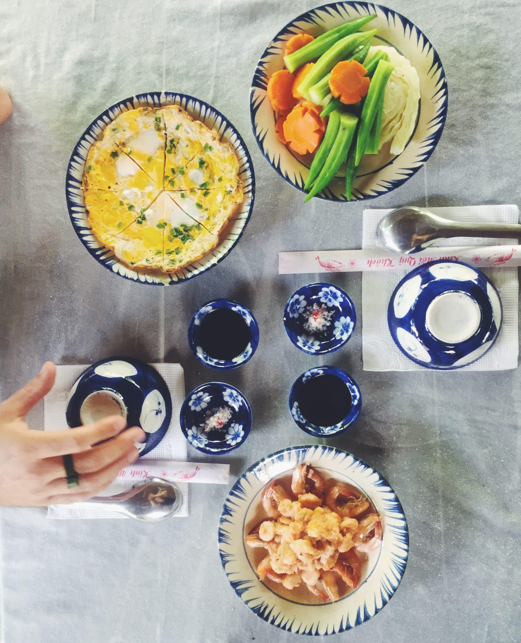 Te og kager hos lokal familie i Vietnam