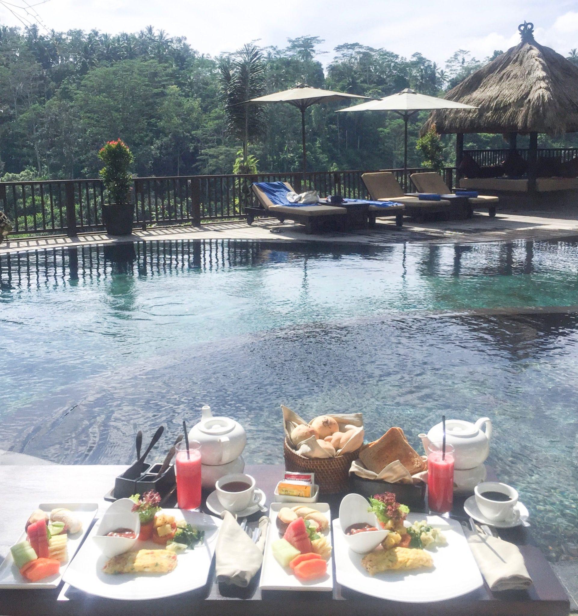 morgenmad ved poolen på Bali