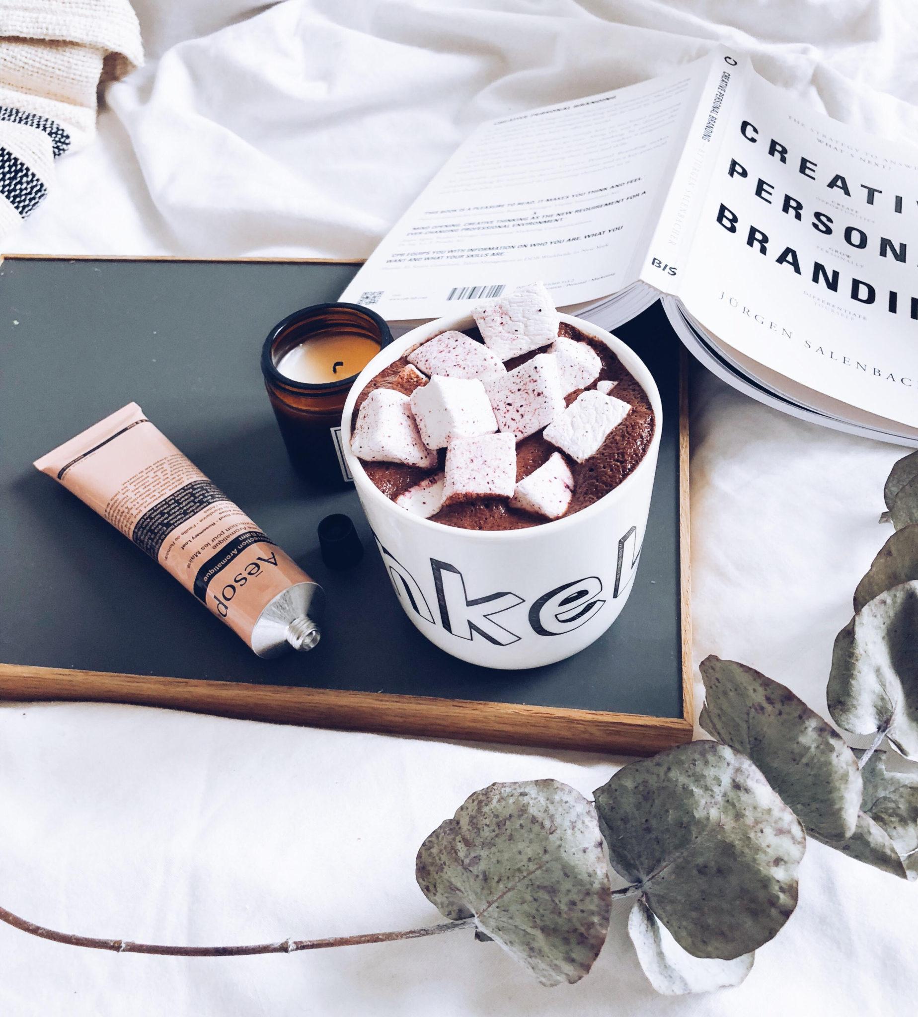 hjemmelavet varm kakao med ingefær og bakke, bog og creme fra Aesop