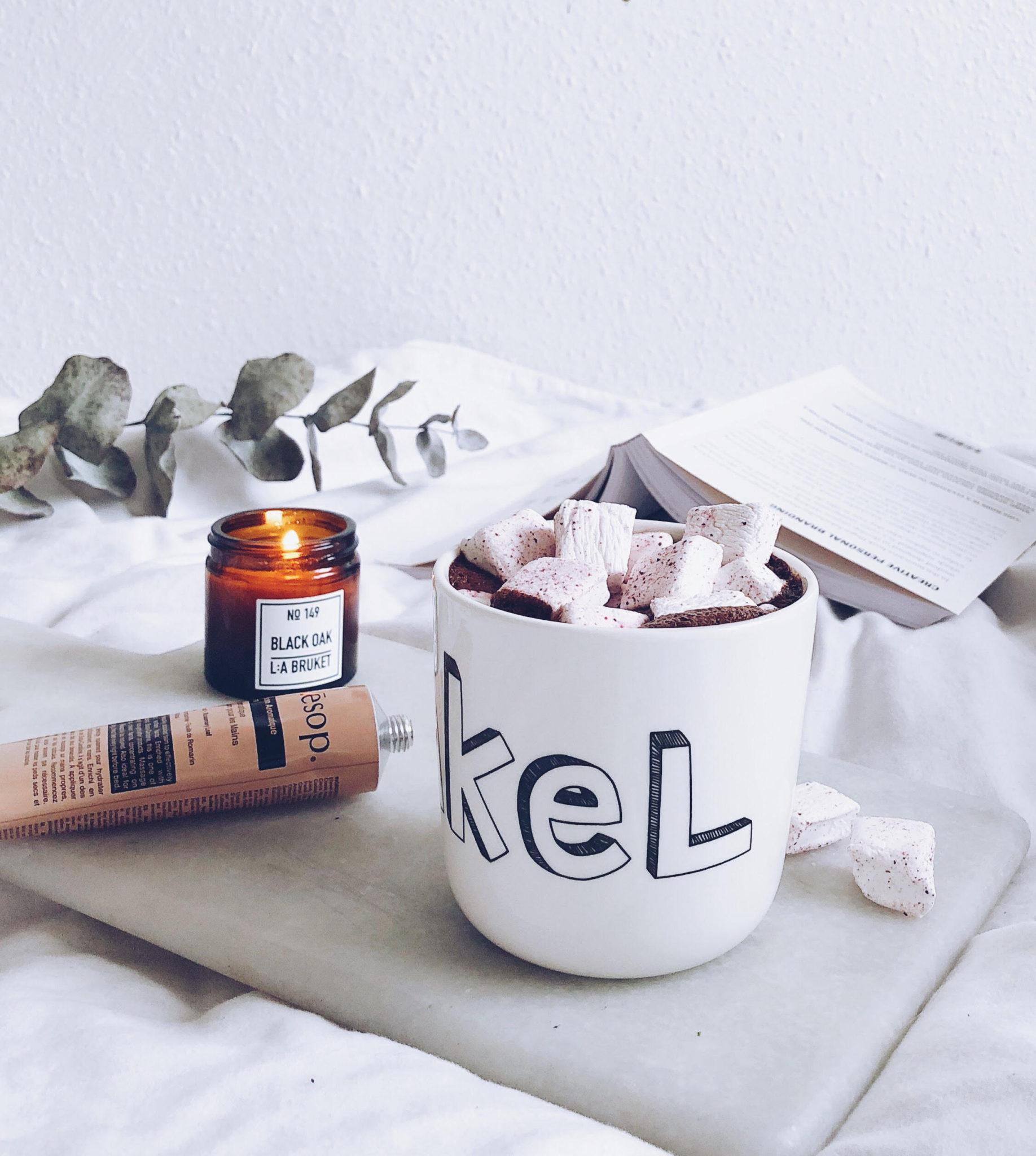 varm kakao med ingefær og hygge i kop fra Liebe og duftlys fra La Bruket