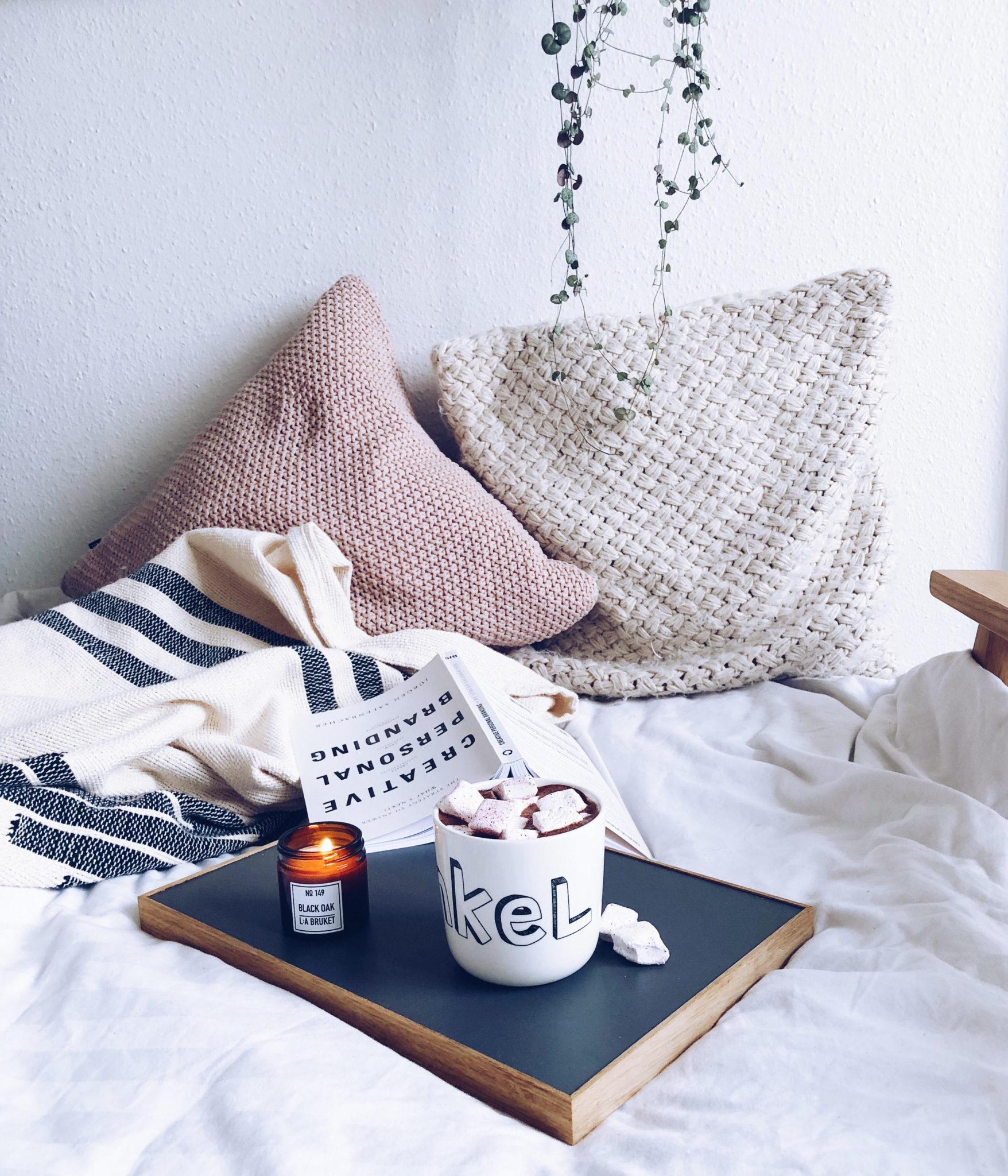 varm kakao med ingefær, lækre puder, sofa og hygge