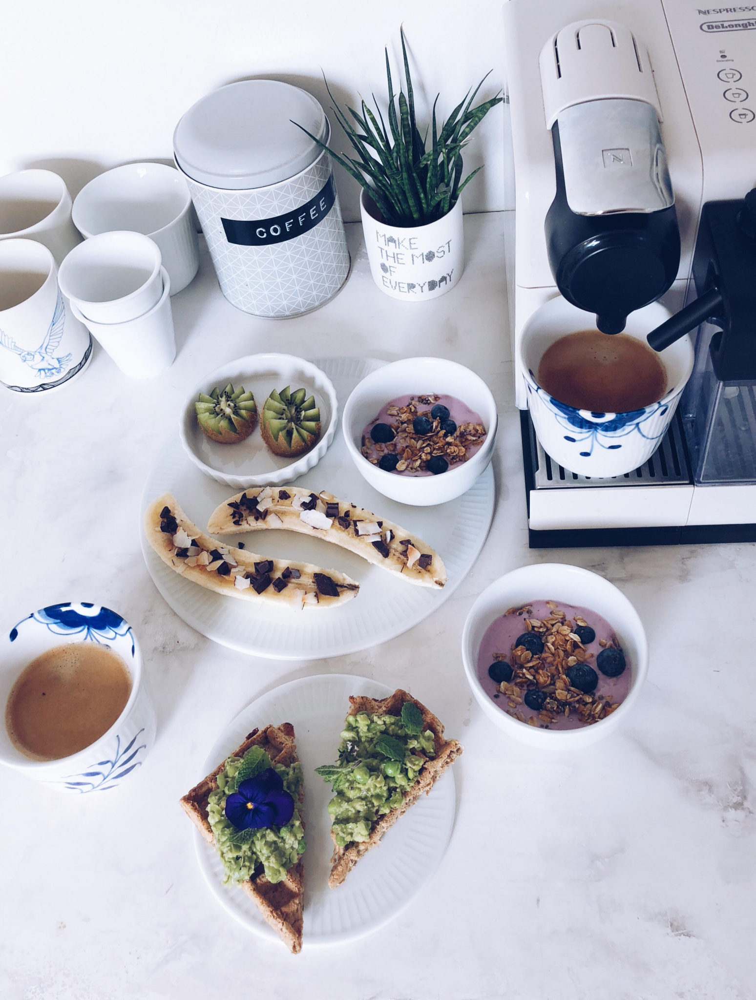 kaffe morgenmad nespresso; bananer med pynt, yoghurt med müsli og kiwistjerner
