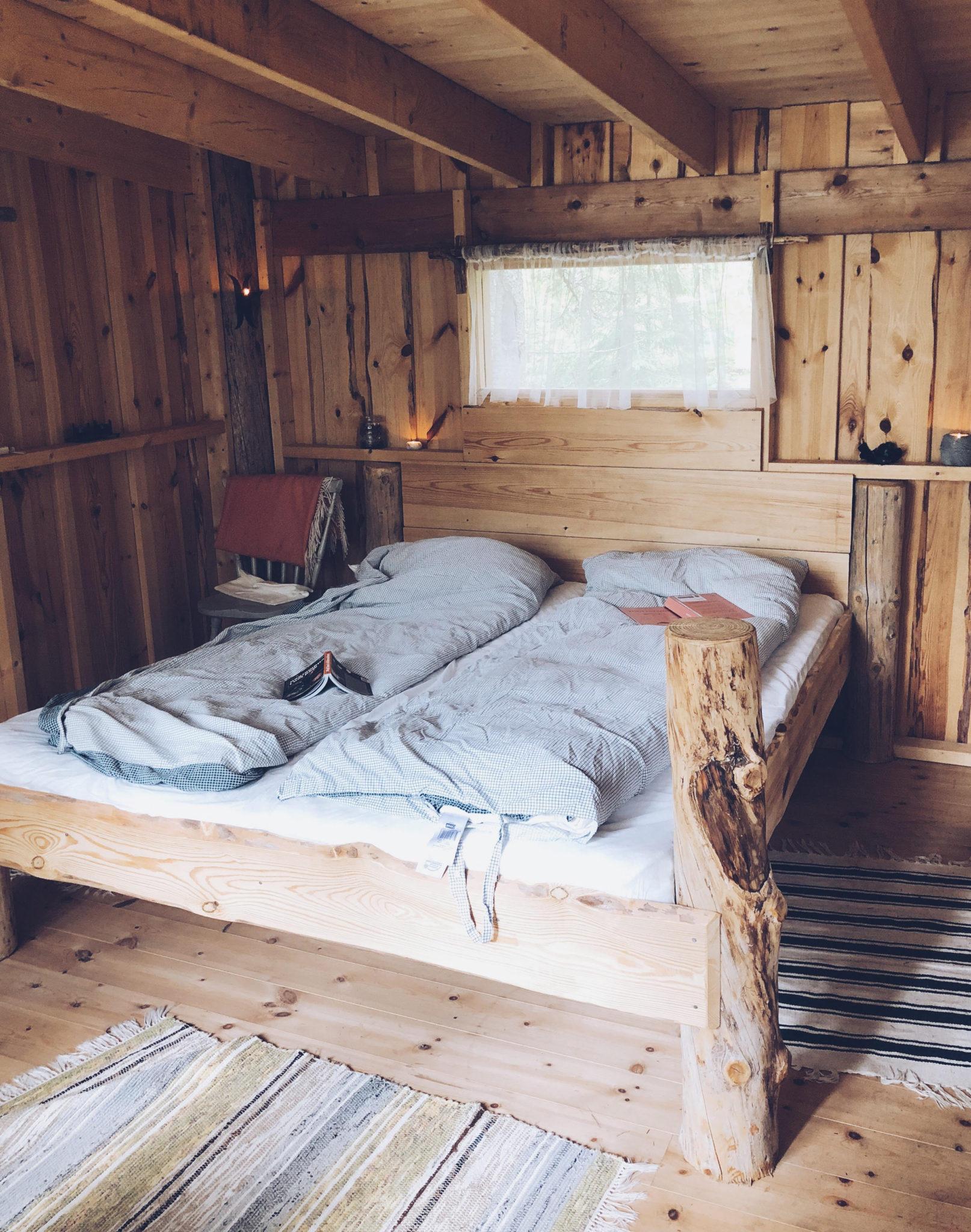 hytte i Sverige og sengen indenfor