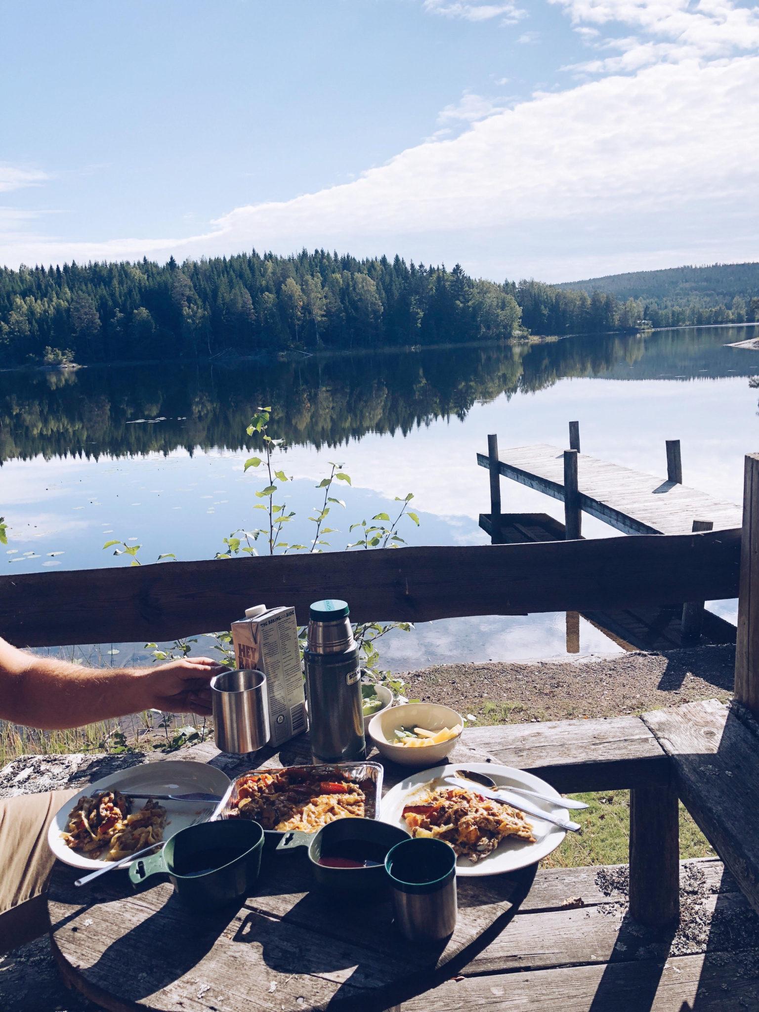 morgenmad med udsigt til vandet i sveriges skov