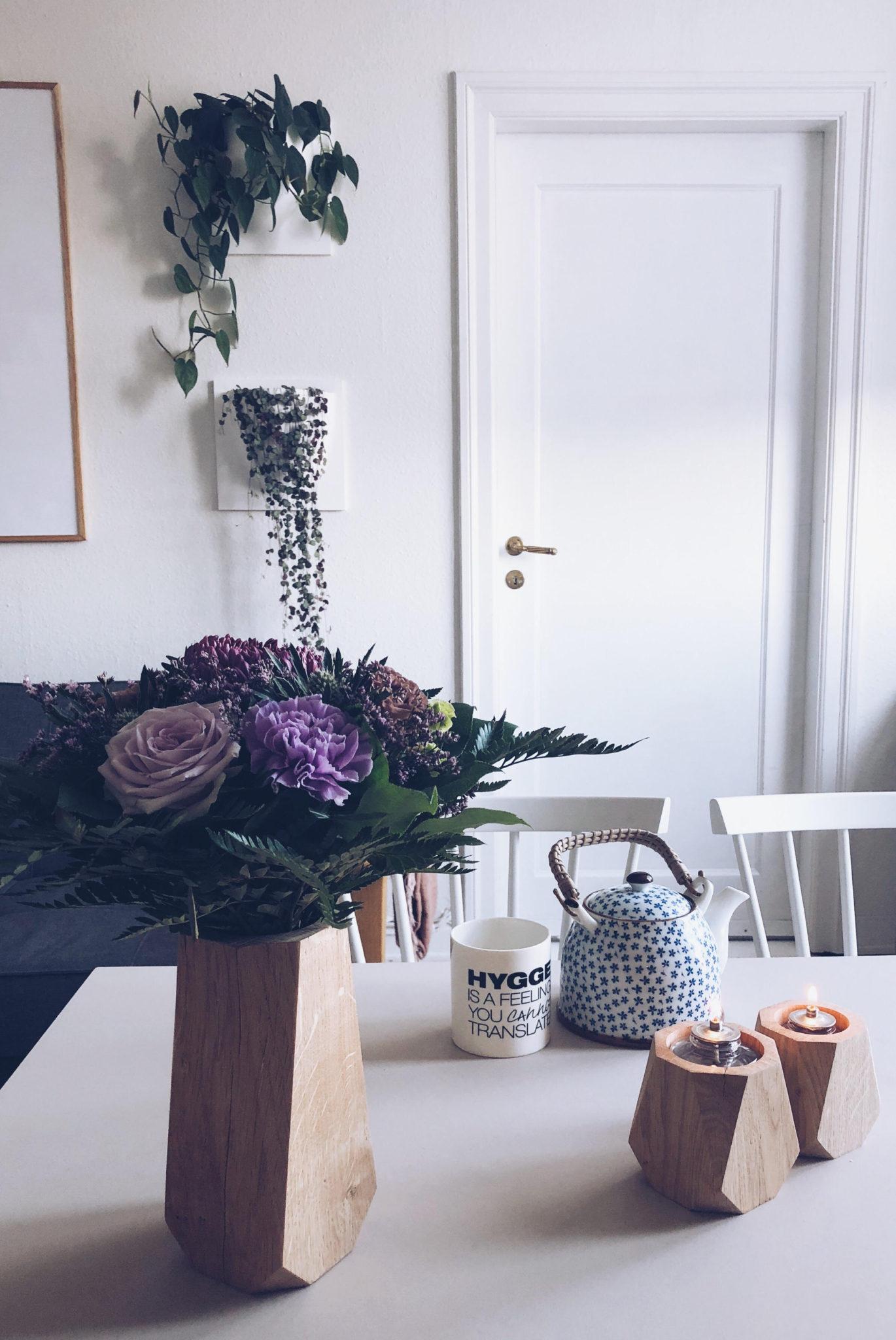 naturligt indeklima på hjemmekontor et med bæredygtige vaser og stager fra Heldal Design