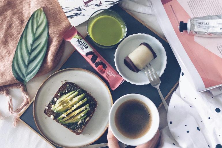 avokado på rugbrød og Nellies Dellies og hjemmelavede træstammer